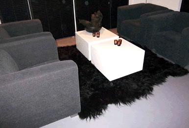 Hoogpolig zwart tapijt van schapenvacht